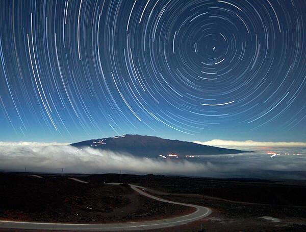 В любой момент времени Полярная звезда находится в направлении на Северный полюс.