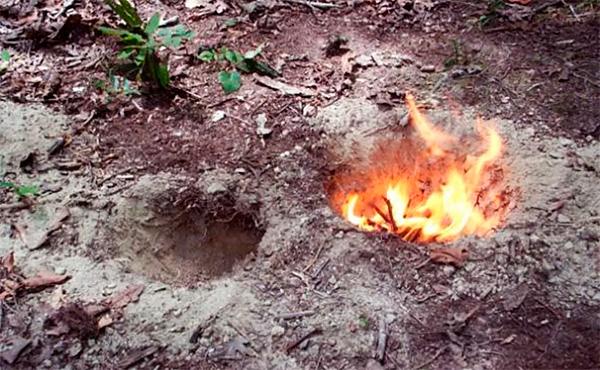 На песчаном грунте строить большой костер опасно из-за риска разрушения, но небольшой вполне может быть изготовлен.