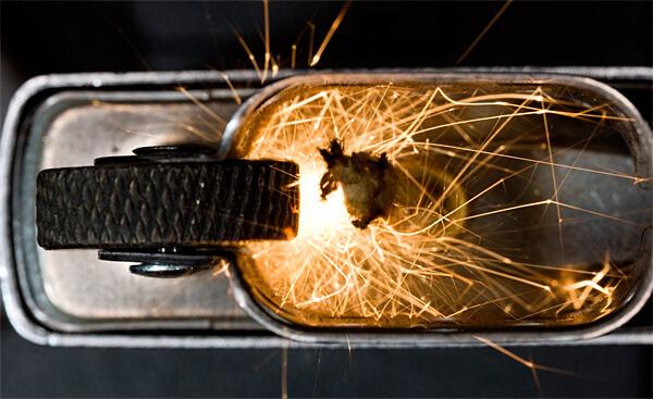 При использовании самых дешевых зажигалок нужно помнить, что после стирания мешметалла с них искры высекаться уже не будут.
