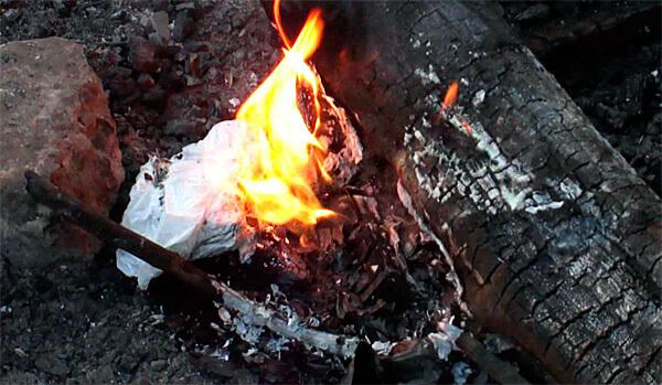 Потушить такой огонь крайне сложно из-за того, что он не требует доступа кислорода и может гореть, даже если его поливать водой.