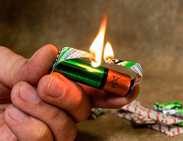 В принципе, такая ситуация также позволит разжечь костер, если предварительно перемычку фольги обмотать трутом: главное - получить пламя.