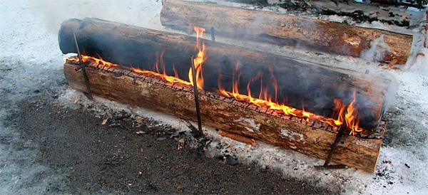 Такой костер горит очень долго и не требует постоянного подбрасывания дров.