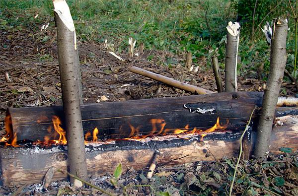 Важно учесть, что деревянные колья тоже могут загореться, а после сгорания - перестать выполнять свои функции.