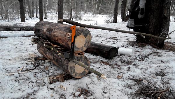 Как правило, если найден хороший сухой ствол дерева, из него имеет смысл сделать два бревна для одной нодьи, поскольку найти два качественных полена не всегда легко.