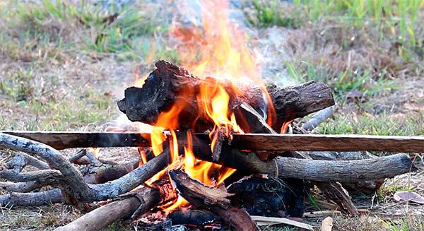 Главное для короткого костра - сухость и небольшая толщина дров.