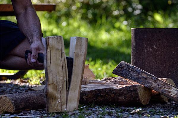 Собственно, расколоть толстые дрова можно с помощью ножа, ударив по нему камнем или другим бревном.