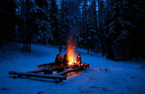 Зимой в условиях дикой природы костер - практически единственный способ для человека защититься от сильного мороза.