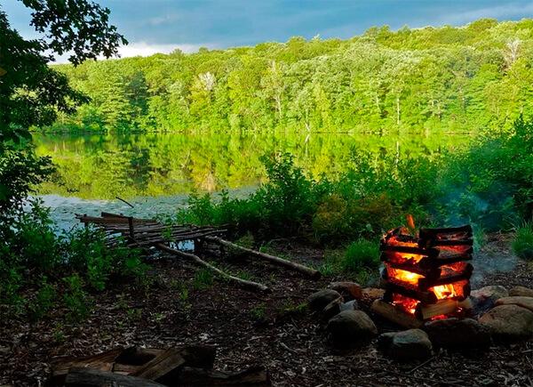 В таком месте костер будет не только безопасен, но и удобен - недалеко носить воду, рядом же находятся дрова.