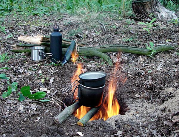 Очаг горения здесь находится в яме и потому ветер не задувает огонь.