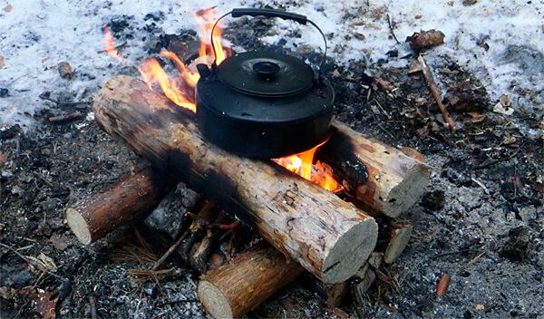 Обычно костер Колодец изготавливается из менее толстых бревен - их просто легче заготовить.