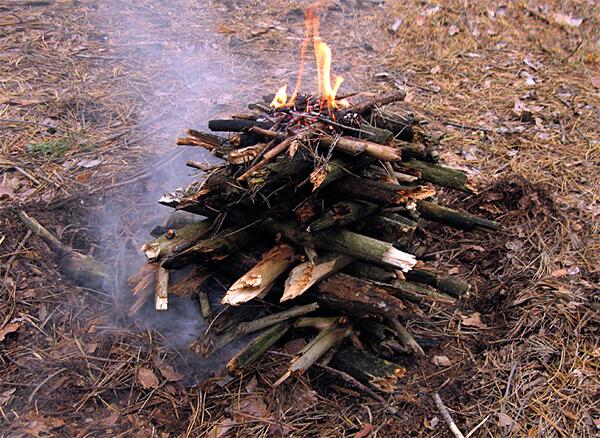 Пирамида достаточно долго разгорается, но даёт много тепла и горит длительное время.