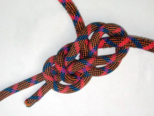 Этот узел безопасен, но очень сложен. Проще вместо него связать классический булинь с контролькой.