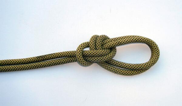 Главное преимущество двойного булиня - возможность организовать две незатягивающиеся петли на одной веревке.