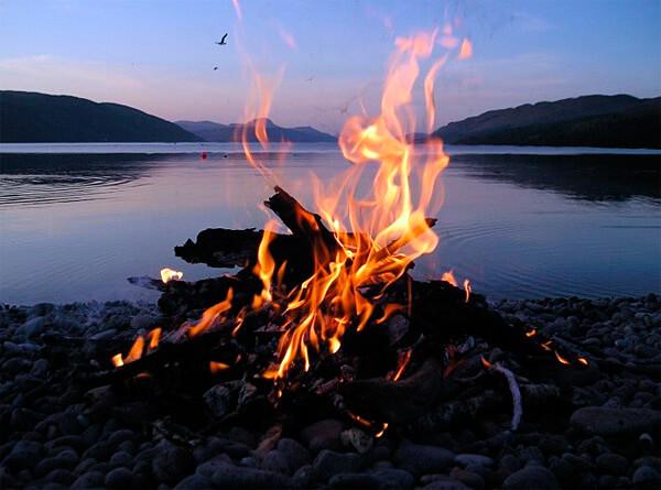 Здесь от костра ничего не загорится, его легко потушить и не останется ожогов на траве.