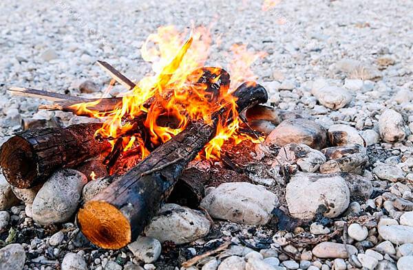 На таком месте и через несколько часов костер будет развести легче за счет нагретых камней и углей.
