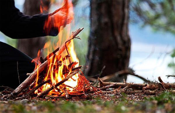 Для приготовления обеда таких дров вполне хватит, но для полноценной ночевки от хвороста растапливаются более толстые бревна.