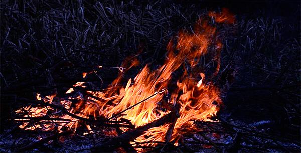 Уже разгоревшийся костер даже сильнее разгорается при сильном ветре.