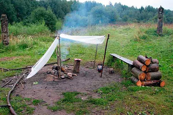 Такого навеса вполне достаточно, чтобы разжечь костер, а в дальнейшем он уже сможет гореть без защиты.