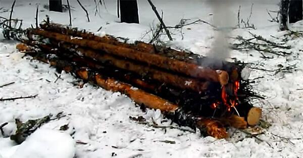 Охотничье корыто - один из немногих костров, которые могут гореть всю ночь без подбрасывания новых дров.