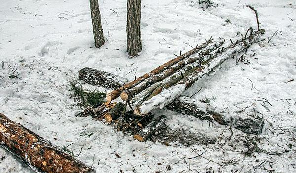 При правильном разведении даже такие припорошенные снегом дрова разгорятся достаточно быстро.