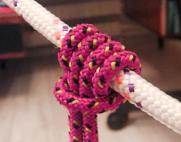 Главным достоинством этого узла является его способность прочно затягиваться при приложении нагрузки с концам репшнура, но быстро расслабляться при снятии нагрузки, за счет чего его удобно подвигать рукой вверх или вниз.