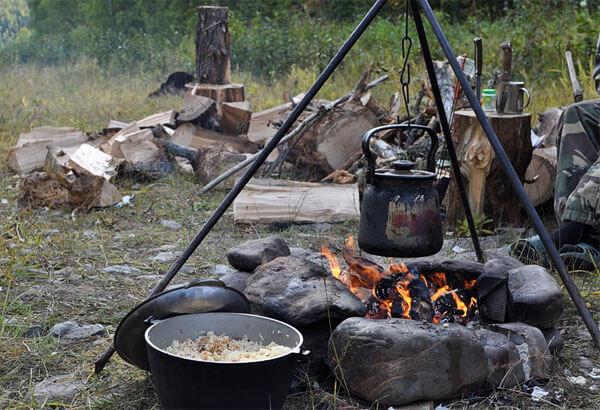 Бивак с хорошо организованным местом для костра и подготовленным топливом.