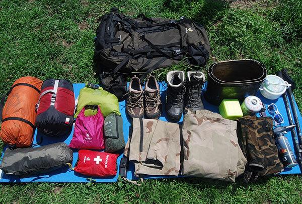 В походе по лесной местности в этот набор также включается топор или цепная пила.