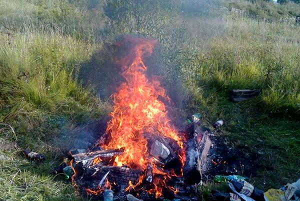 """Несмотря на ужасающего цвета и запаха дым от """"мусорного костра"""", он значительно менее вреден, чем сам мусор, оставленный на природе."""