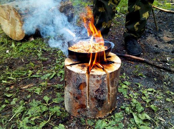 В походных условиях при отсутствии бензопилы финскую свечу чаще всего делают из нескольких поленьев, приставленных вплотную друг к другу.