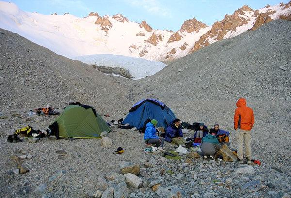 Бивачные работы в горах занимают минимум времени, но выбор места требует большой осторожности.