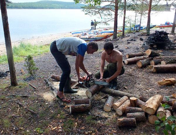 При наличии пилы и топора заготовка дров для костра значительно ускоряется.