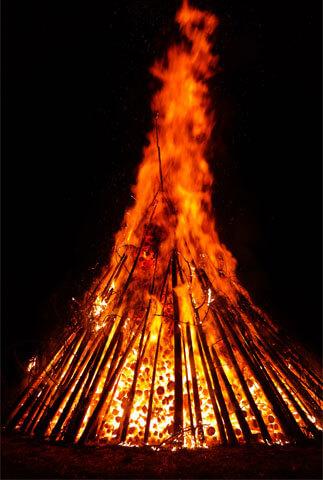 Видно, что такой костер даёт очень высокое, заметное и жаркое пламя.