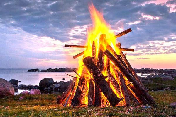 Именно за счет высокого заметного пламени пионерский костер хорош в качестве сигнального пламени.