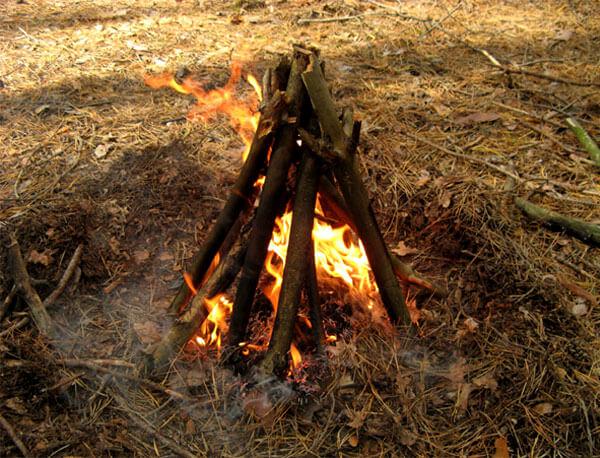 Пионерский костер легко обдувается воздухом, за счет чего увеличивается интенсивность горения и скорость прогорания дров.