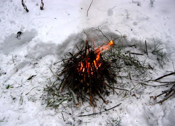 На этой стадии костер уже самодостаточен и вряд ли потухнет, если пойдёт снег или подует ветер, а даже после затухания угли из него можно будет раздуть.
