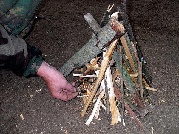 Если дров будет слишком много, они будут препятствовать поступлению кислорода в зону горения и костер не разгорится.
