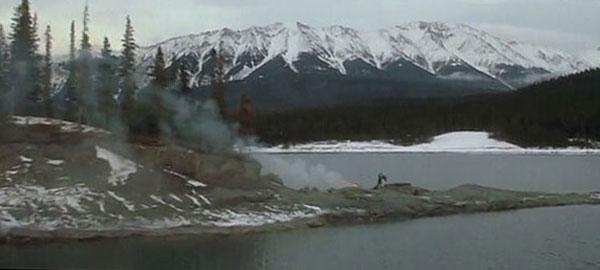 В открытой местности даже такого костра достаточно, чтобы дым от него увидели спасатели на вертолете.