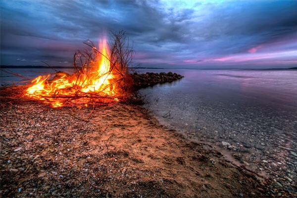 Находясь на берегу водоёма в экстремальной ситуации, крайне нежелательно от него уходить.