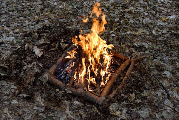 Разжечь сигнальный костер от горящего полена проще, чем от спички.