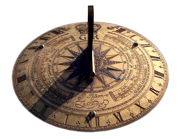 Установленный стационарно, этот прибор позволяет не только ориентироваться по сторонам света, но и определять время суток, то есть выполняет роль солнечных часов.