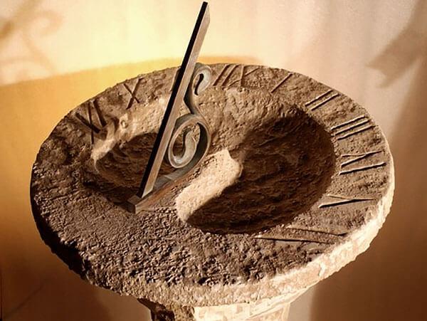 """Прелесть таких """"африканских"""" часов заключается в том, что они работают даже на Экваторе в любое время года и суток."""