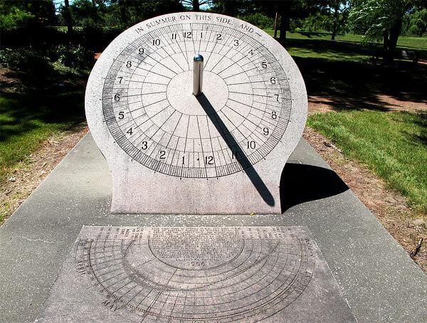 Опять же, для таких часов требуется четкая разметка шкалы по времени суток для конкретного места.