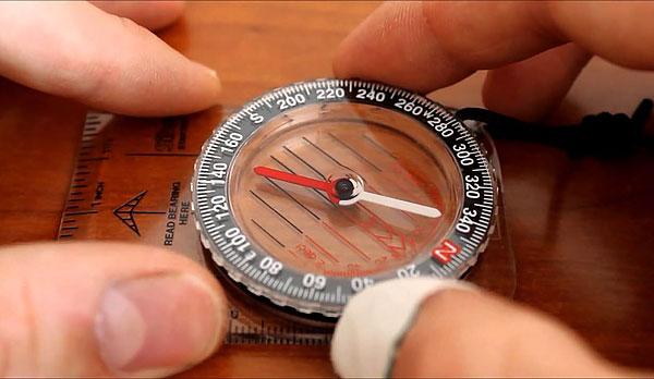 Разницу между истинным и магнитным азимутом учитывают, вводя специальную поправку.