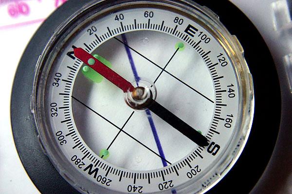 Благодаря тому, что магнитные полюса находятся рядом с географическими, указание стрелки можно рассматривать, как указания на Север.