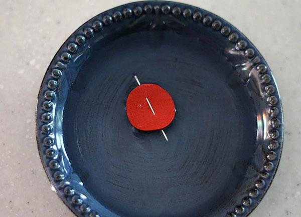 В таких конструкциях игла поворачивается в направлении магнитных линий за счет того, что практически не испытывает трения об воду.