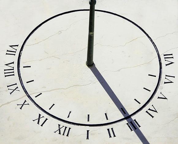 Статично установленные, такие часы позволяют определять время дня круглый год.