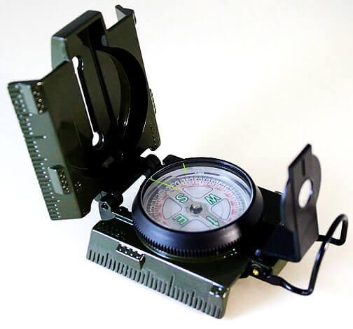 Помимо прочего на корпусе такого компаса нанесена дополнительная разметка, позволяющая использовать его (корпус) в качестве планшета.