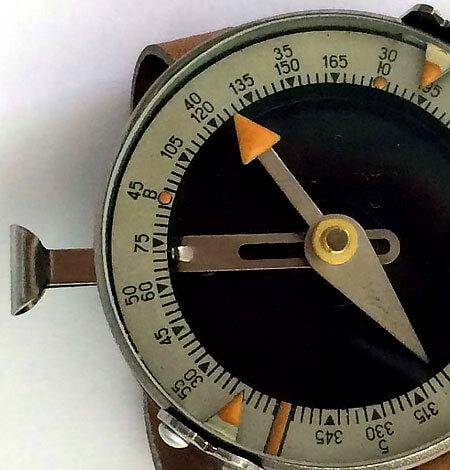 За счет грамотного размещения светонакопительных элементов такой компас позволяет не только ориентироваться, но и рассчитывать азимут в ночное время.
