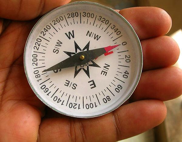 Ночью можно убедиться в том, что стрелка магнитного компаса указывает чуть мимо Полярной Звезды, а сама Звезда находится практически строго над Северным Полюсом.