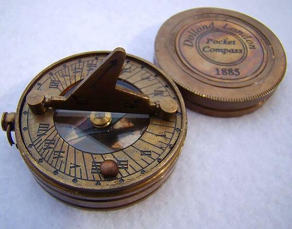 Именно такая конструкция сегодня применяется в большинстве моделей туристических магнитных компасов.